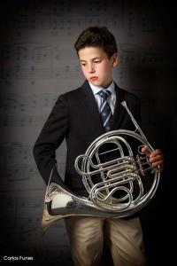 Retrato de Ivan junto al instrumento que estudia