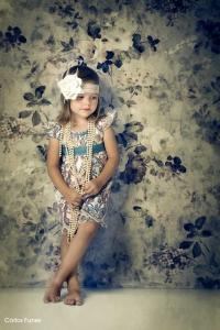 niña vestida con traje de época con collares granada