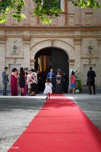 Esperando a la novia en la entrada de la iglesia