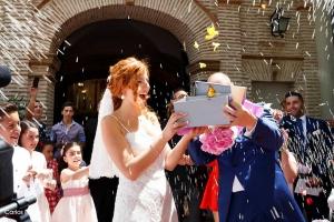 Suelta de Mariposas tras la salida de la ceremonia de boda