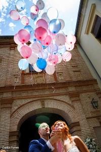 Suelta de globos tras la salida de la Iglesia en Granada.