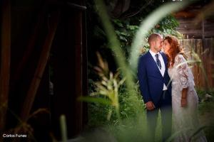 Gesto de complicidad entre recién casados. Fotografía profesional de boda