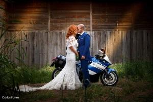 Gesto de complicidad entre recién casados