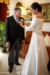 Esther ayuda a su padre a preparar los últimos detalles de su traje