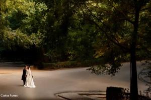 Ismael y Esther posan en los jardines de la Alhambra en solitario