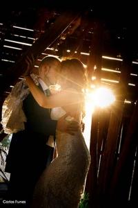 fotografía de novios boda vintage en granero con la puesta de sol