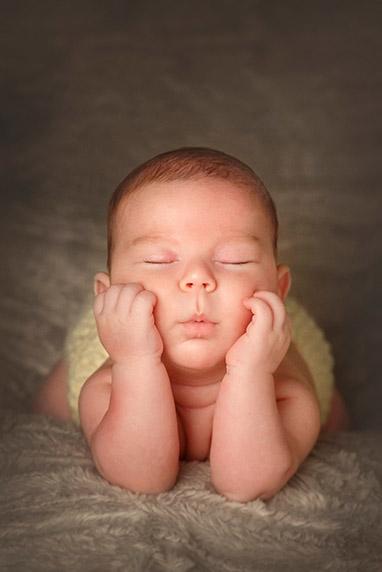Retrato foto de bebé recién nacido. Servicio de estudio y book fotográfico.