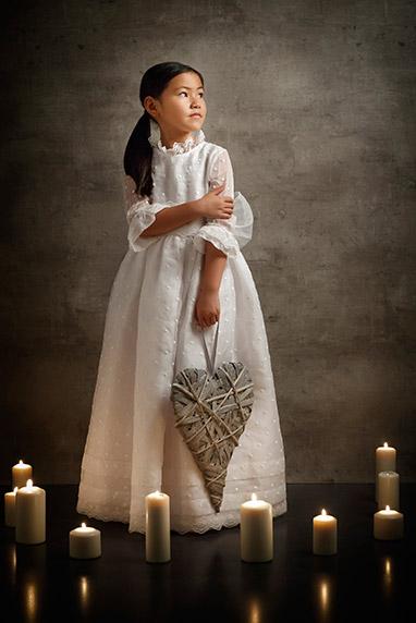 Posado de niña de primera comunión en escenario vintage. fotógrafo primera comunión granada.