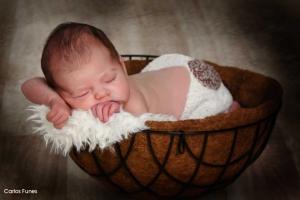 Fotografía de Lara para su album de fotos, una princesa de 20 días. Estudio Carlos Funes