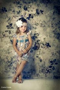 Fotografía vintage de una niña vestida de época