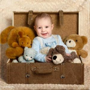 Un pequeño bebé muy simpático rodeado de peluches. Estudio fotográfico granada.