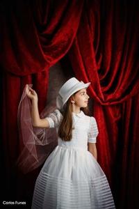 Posado de niña de primera comunión en escenario vintage