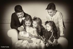 Alba posando con su familia para las fotos de su primera comunión