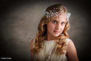 primer plano de lucia vestida de primera comunión con una tiara preciosa. Carlos Funes Estudio