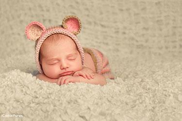 foto new born para recuerdo del bautizo de Elia. Carlos Funes fotografo de bebés en Granada