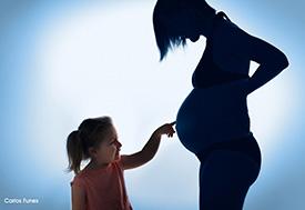 Album de fotos de Amparo. Contraluz mujer embarazada con hija. Estudio de fotografía Granada