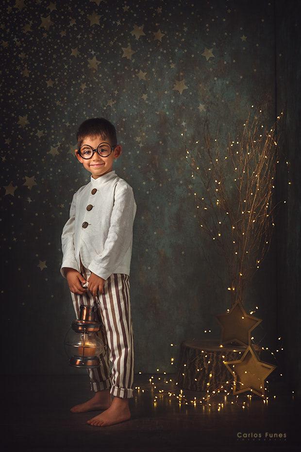 Temporada 2019 Postales de Navidad. Niño con candil. ©2019 Carlos Funes