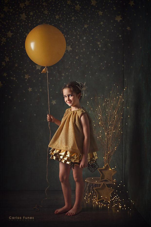 Temporada 2019 Postal navideña vintage. Chica con globo. ©2019 Carlos Funes