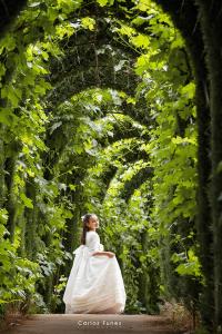 Fotografía de primera Comunión en jardines exteriores de Granada